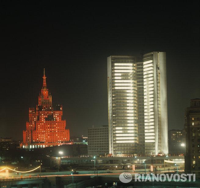 Панорама ночного города. Слева - здание гостиницы Украина, справа - здание Совета Экономической Взаимопомощи (СТ СЭВ)