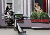 Скульптура влюбленного моряка установлена во Владивостоке