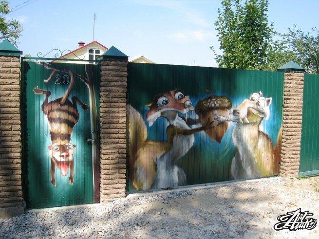 Как нестандартно оформить забор на даче