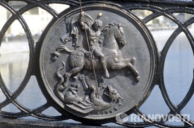 Медальон ограды Лужкова моста