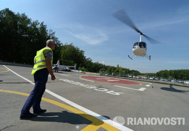 Вертолет взлетает с площадки