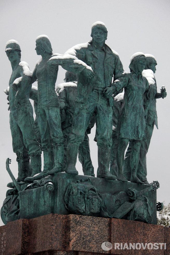 Памятный знак в честь 50-летия движения студенческих отрядов у здания физического факультета МГУ