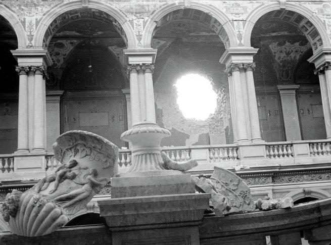 Здание Государственного Эрмитажа после обстрела