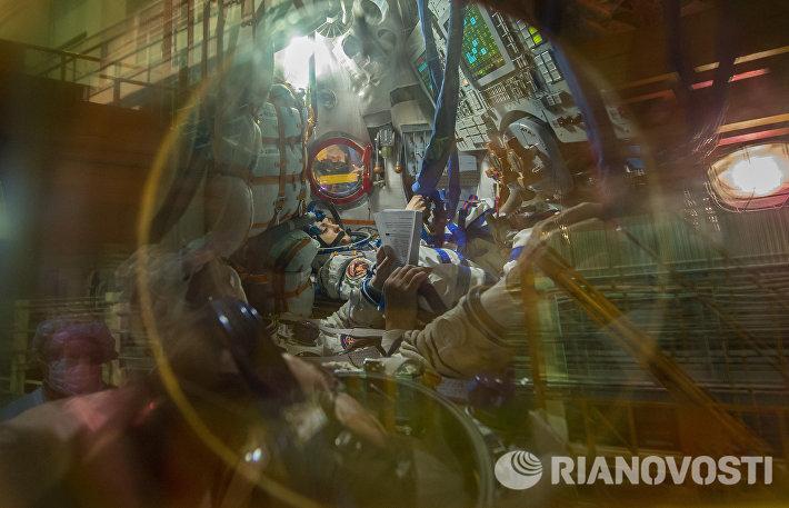 Осмотр космического корабля и примерка скафандров экипажем корабля Союз ТМА-14М