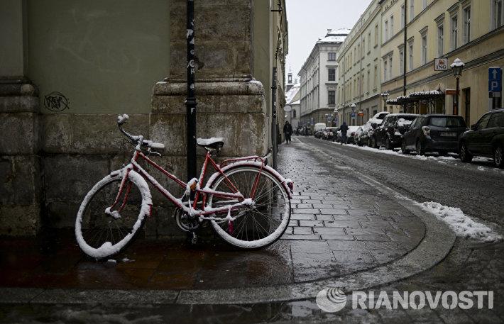 Велосипед у стены дома