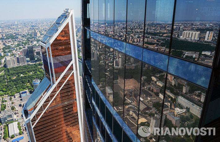 Строительство купола небоскреба в центре делового квартала Москва-Сити