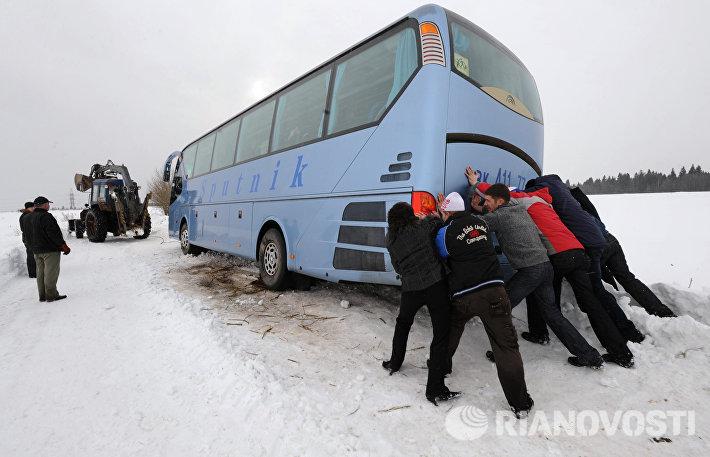 Автобус на заснеженной дороге