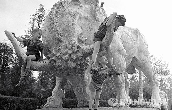 Дети играют у скульптуры зубра в парке Горького (1963 год)
