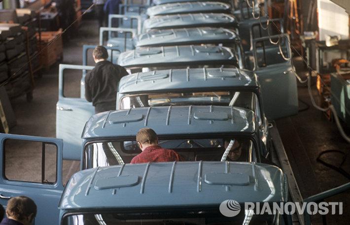 Конвейер сборки кабин на Московском автозаводе им. И.А.Лихачева