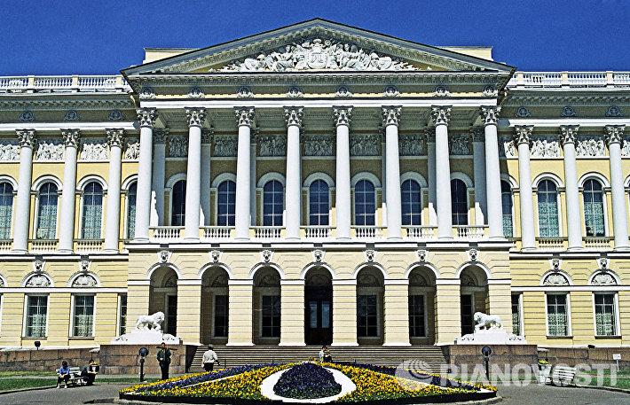 Центральный вход в Русский музей в Санкт-Петербурге