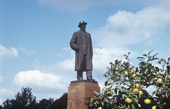 Памятник биологу и селекционеру И.В. Мичурину