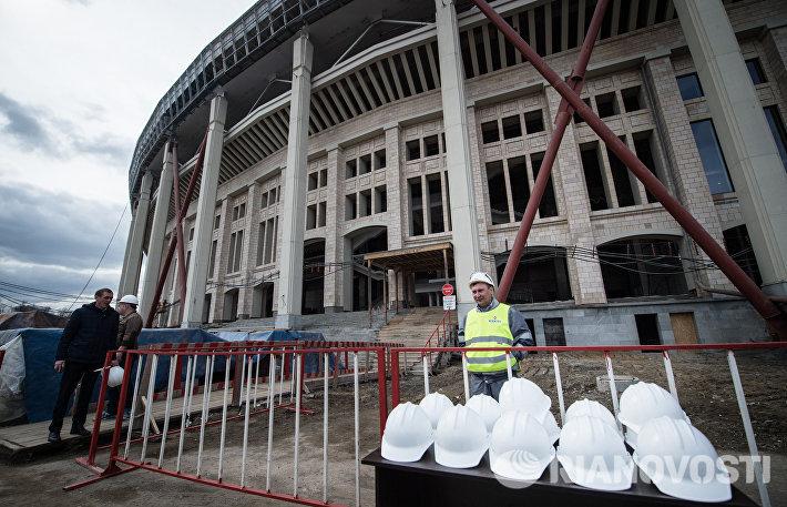 Рабочие на месте реконструкции Большой спортивной арены (БСА) Лужники в Москве