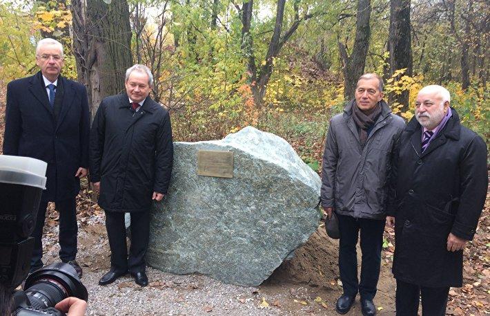 Памятный камень на месте установки памятника актеру Георгию Буркову