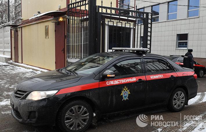 Автомобиль Следственного комитета РФ выезжает со служебной территории.