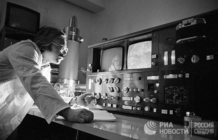 Ученый проводит спектрофотометрический анализ