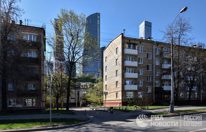 Пятиэтажные дома рядом с международным деловым центром Москва-Сити в Шмитовским проезде