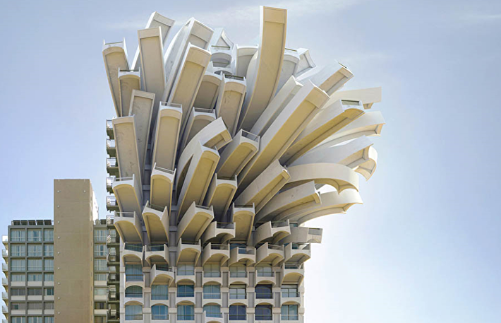 Медуза, Тель-Авив, 2010 год. Каждый из балконов отеля Orchid пытается завоевать лучший вид на море…