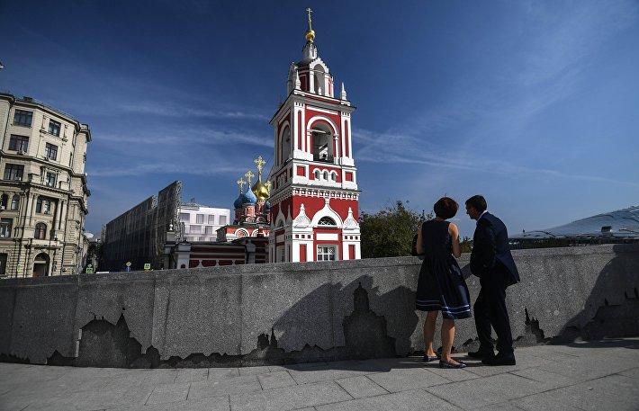 Благоустроенные улицы и площади Москвы в рамках программы Моя Улица. Отреставрированный храм Георгия Победоносца на Варварке.